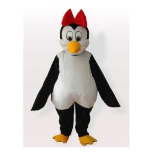 cutie-pingino-con-bowknot-rojo-en-el-traje-de-mascota-jefe-carnaval153549953
