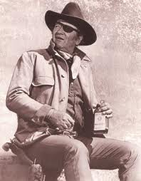 JOHN WAYNE WITH A BOTTLE OF WHISKEY - JOHN WAYNE CON BOTELLA DE LICOR