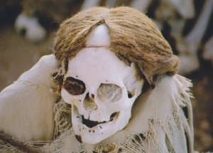 Skull_with_hair_of_the_nazca_culture_in_Peru