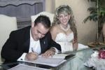 Oscar firmando su acta de matrimonio