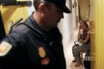 MUJER LLORANDO AL SER DESALOJADA POR LA POLICIA