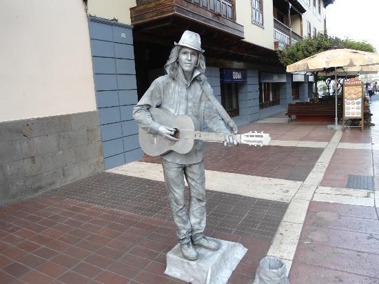 EFIGIE DE MUSICO CON GUITARRA Y SOMBRERILLO